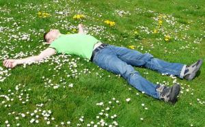 mężczyzna-relaks-na-łące